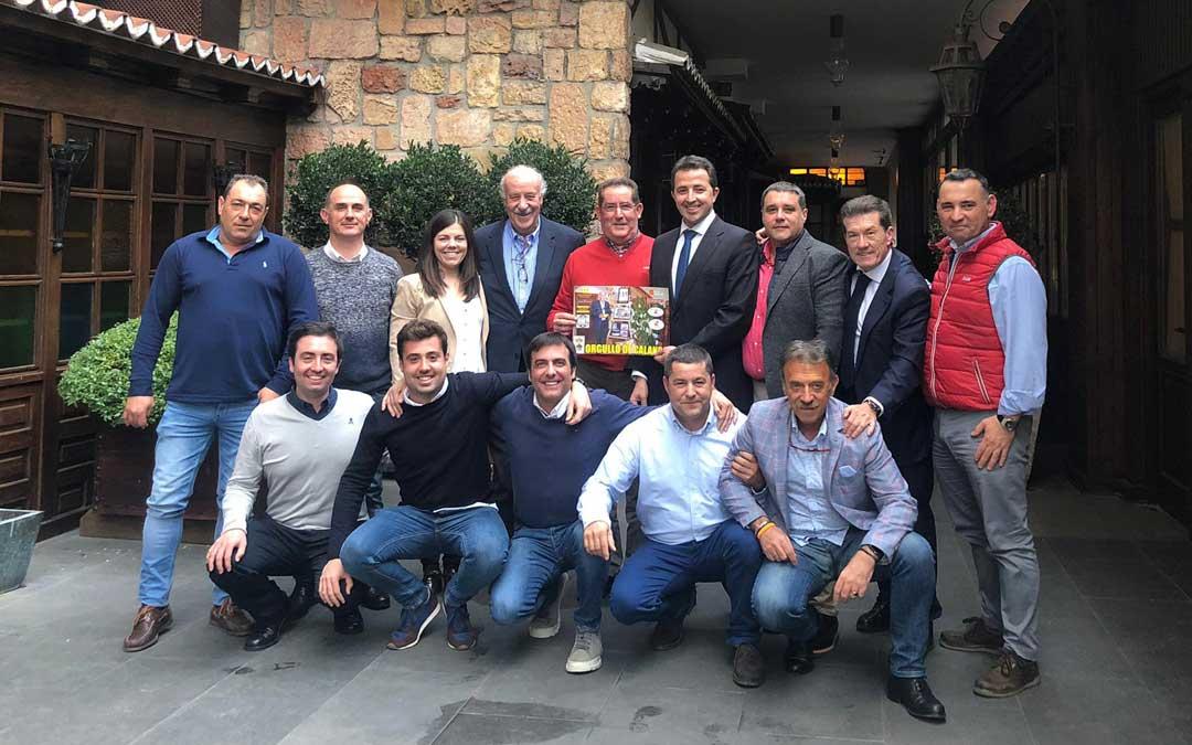 El embajador del melocotón, Vicente del Bosque; con el alcalde, Aberto Herrrero; y representantes del sector, en Madrid / A.C.