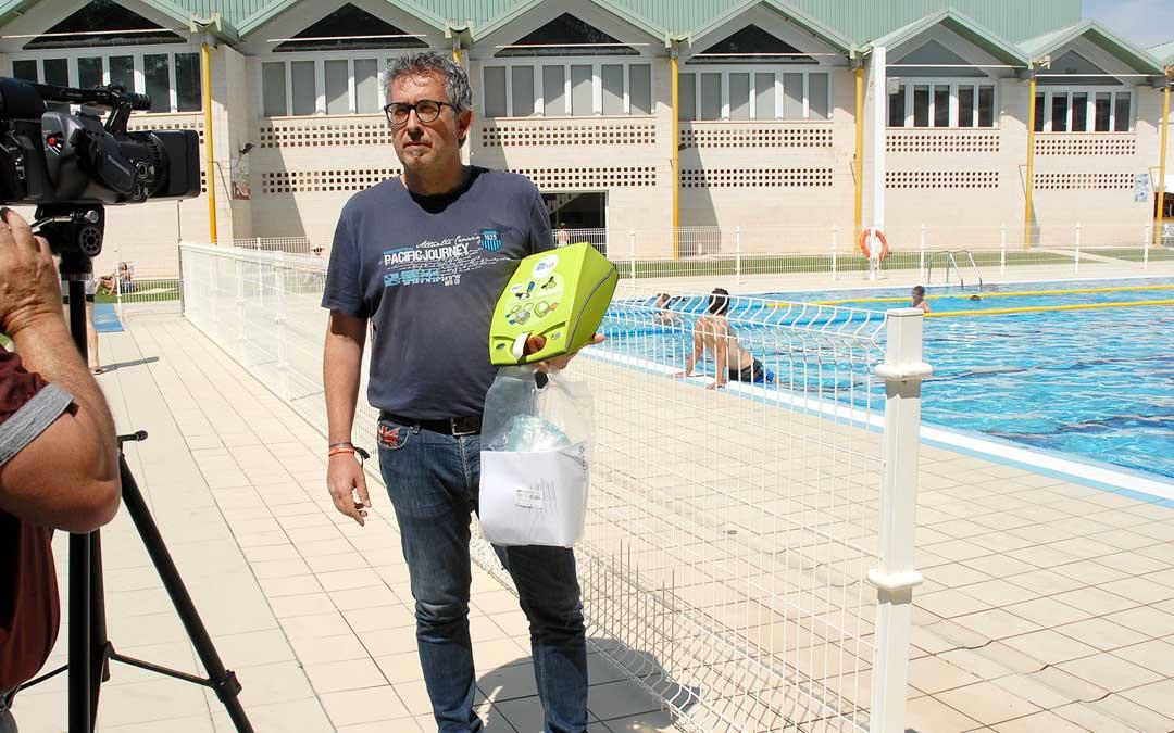 El concejal Kiko Lahoz durante la presentación del desfibrilador de las piscinas de verano, que se quedó en la caseta del socorrista después del cierre de temporada hasta que alertó la concejal Altaba en un pleno / Ayto. Alcañiz
