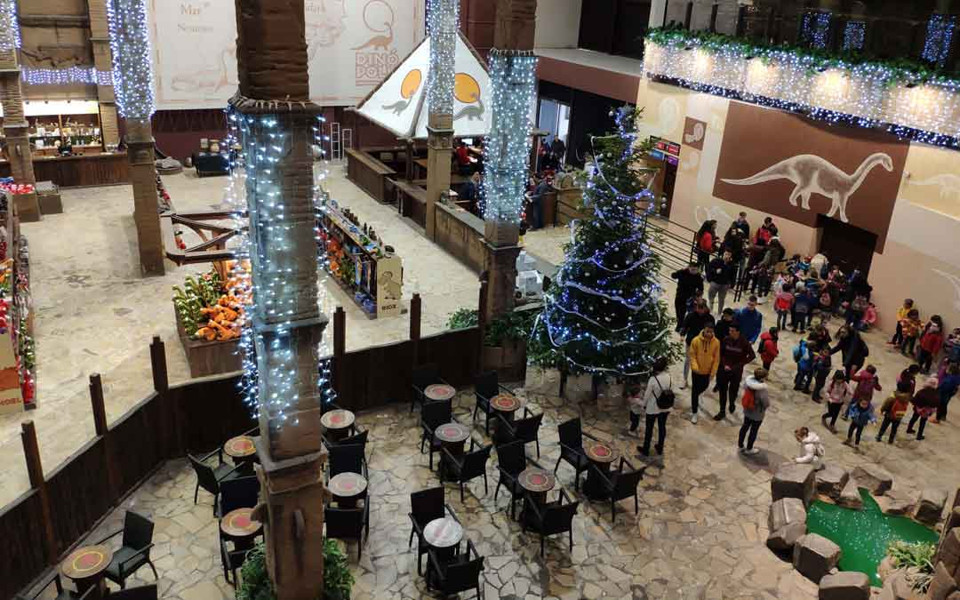 Dinópolis luce con decoración navideña este puente de la Constitución
