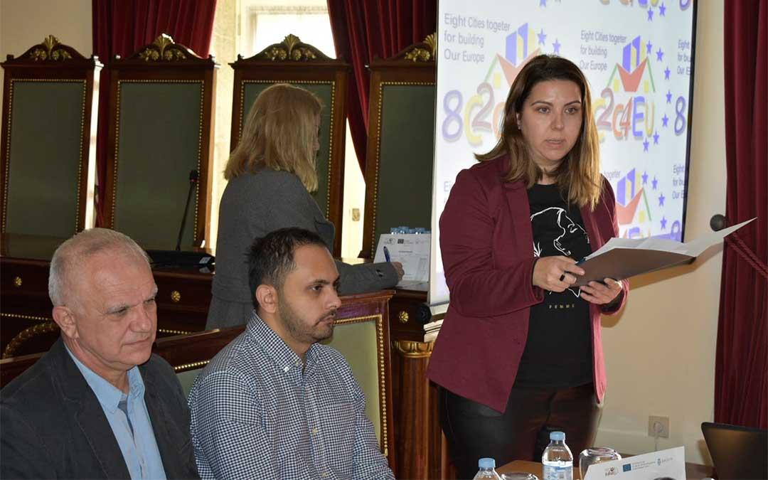 La diputada del Área de Desarrollo Territorial, Maria Ariño, dirigiéndose a los participantes en el foto frente al euroescepticismo en Barcelos./ DPT