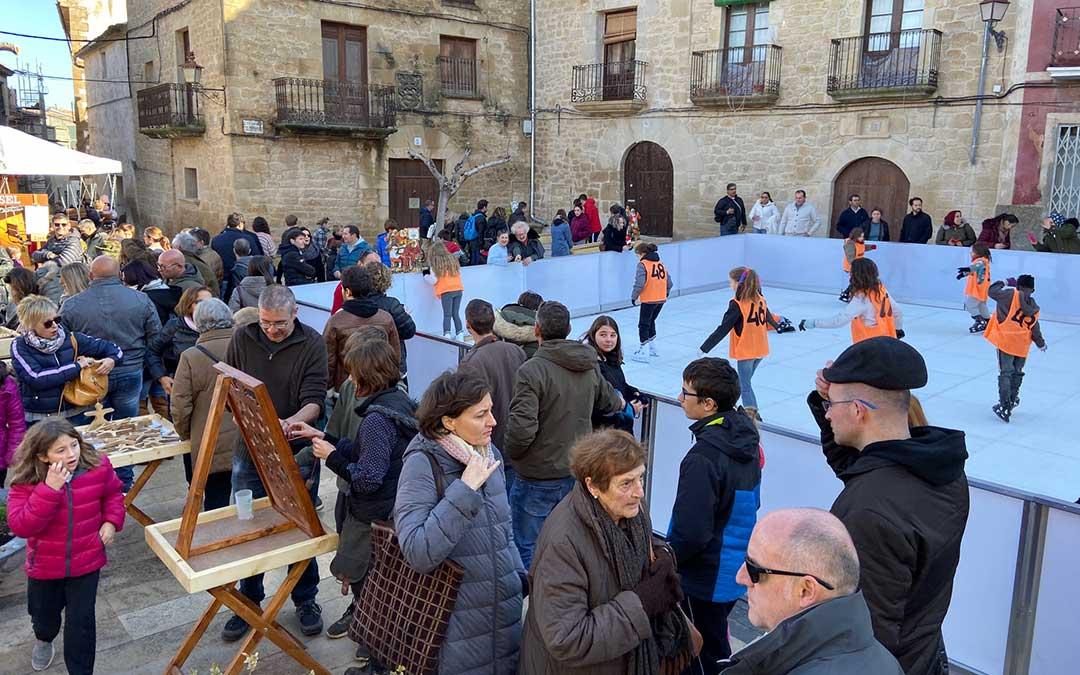 Decenas de personas se han atrevido a probar la pista de patinaje en la Feria de Navidad de Calaceite./ Alicia Martín