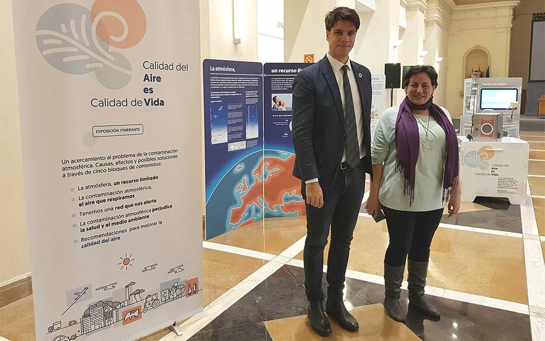 La directora general de Cambio Climático y Educación Ambiental del Gobierno de Aragón, Marta de Santos, y el Comisionado para la Agenda 2030, Fermín Serrano, en la inauguración de la muestra 'Calidad del aire es calidad de vida'.