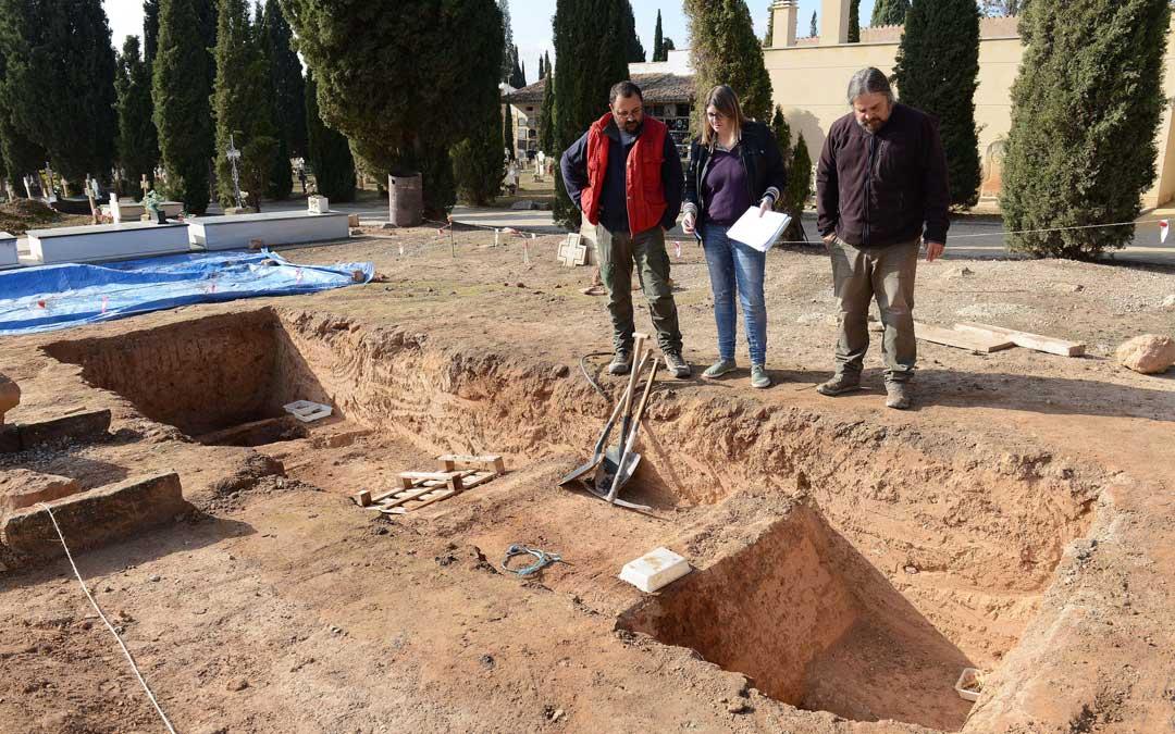 Los últimos sondeos en el Cementerio de Alcañiz supervisados por la concejal delegada del Cementerio, Susana Mene / Ayto. Alcañiz