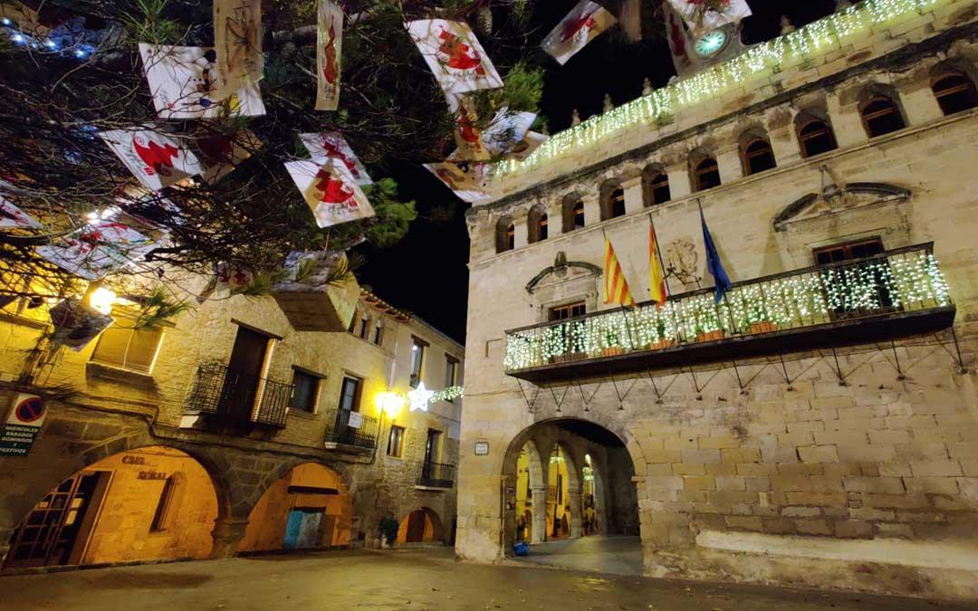 La iluminación navideña toma las calles de La Fresneda.