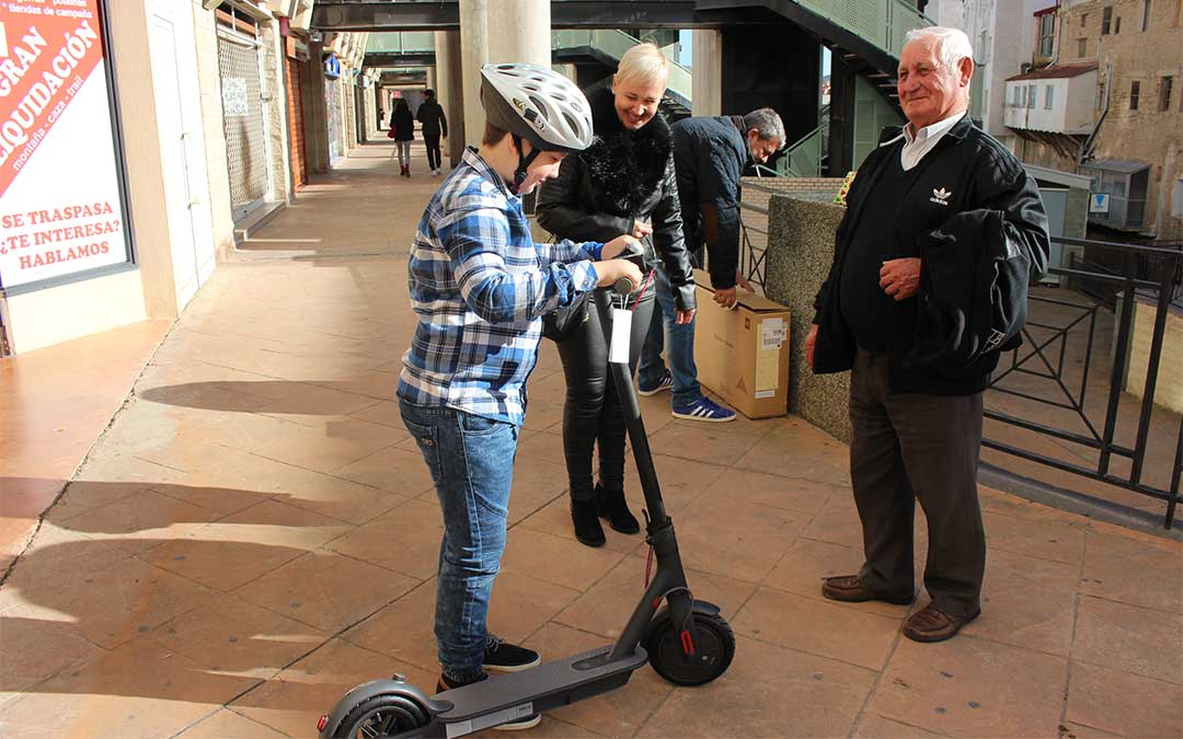Hugo Prades ha estrenado ya su patinete eléctrico en las puertas de la redacción de La COMARCA./ M. Celiméndiz