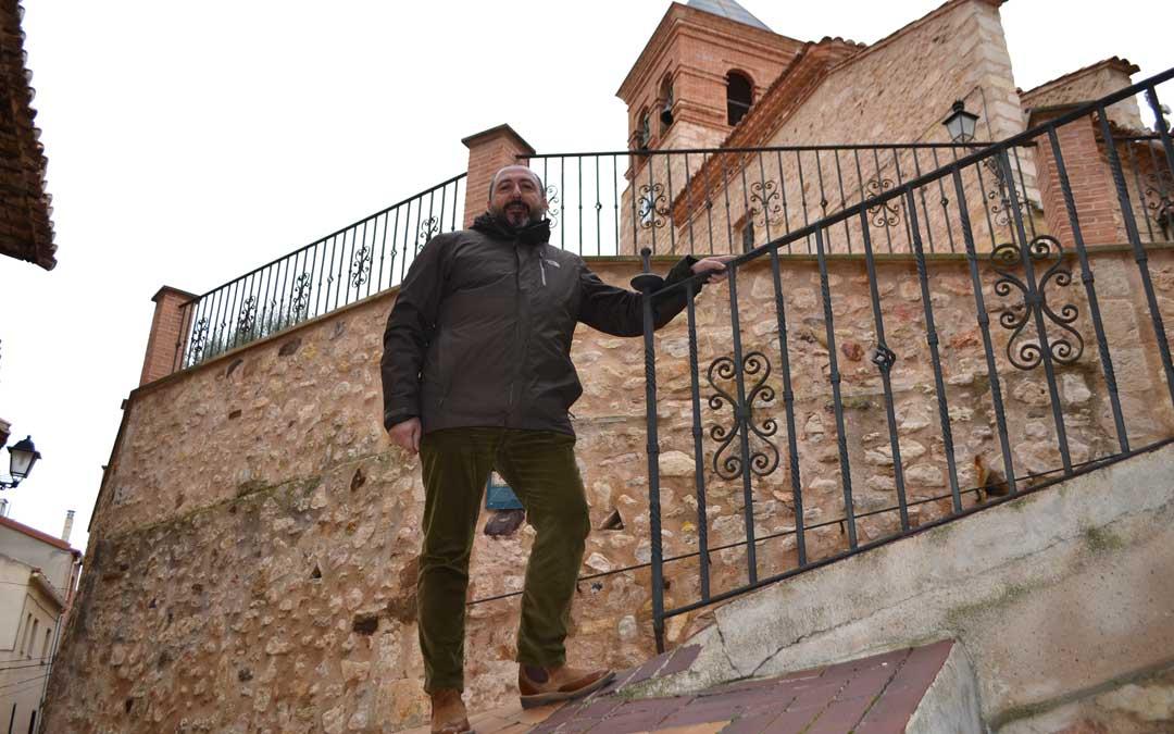 Javier Gargallo a los pies de la iglesia parroquial de Nuestra Señora de la Piedad. / J. Vílchez
