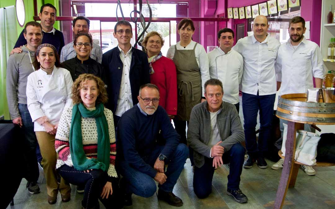 Foto de familia de bodegueros, cocineros, empresarios y participantes en la clausura de las Jornadas Gastronómicas en Bodegas Crial.