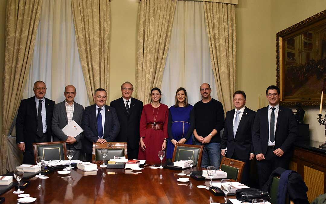 Los nueve senadores que integran el Grupo Mixto de la XIV legislatura de la Cámara Alta./ Teruel Existe