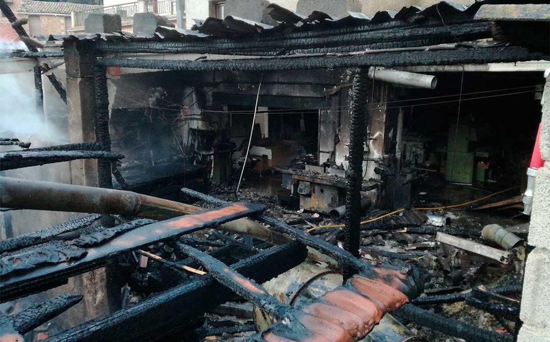Un incendio calcina un taller de madera en Beceite