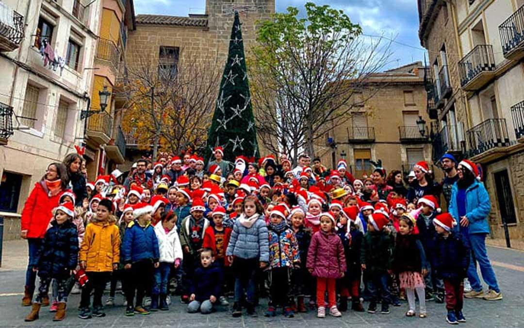 Niños del colegio de Maella con el nuevo árbol en la Plaza de España.