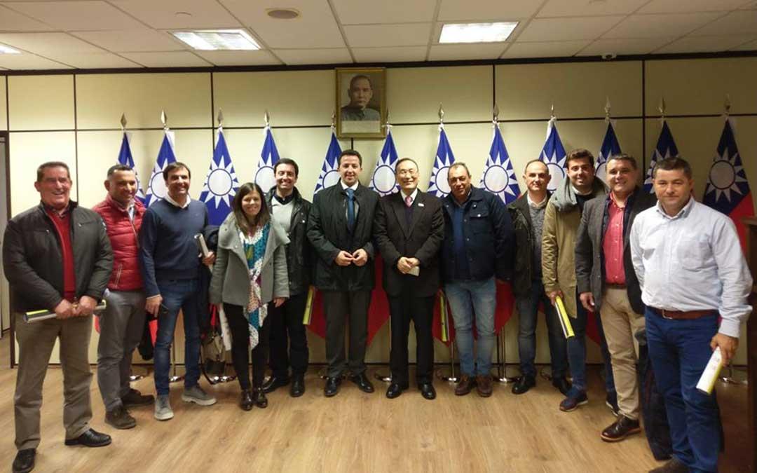 Representantes de empresas y cooperativas junto con el alcalde y el embajador de Taiwán en España / Ayto. .Calanda