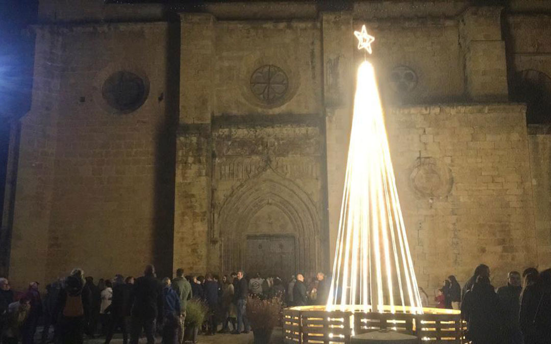 Momento del encendido del árbol en la plaza de Navidad de Molinos. / Ayto. Molinos