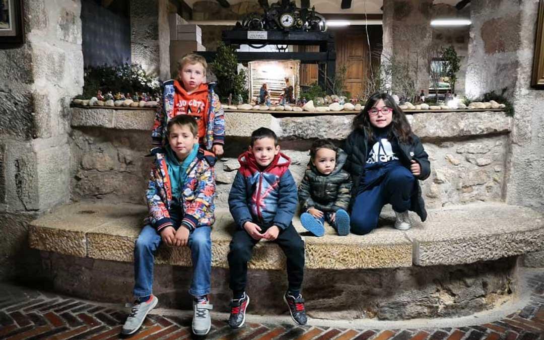Varios niños de Nonaspe visitan el belén instalado en el ayuntamiento.