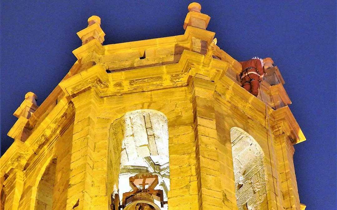 Papá Noel llegó al campanario del templo parroquial de Cretas