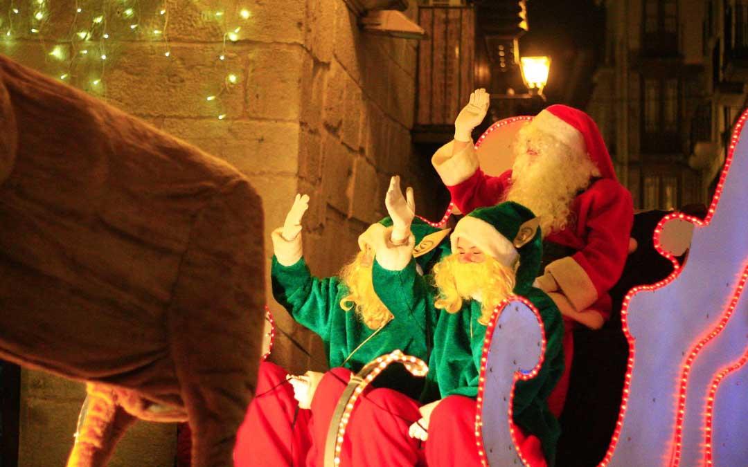 Papá Noel hizo su entrada a la Plaza de España montado en carroza el día de Nochebuena.