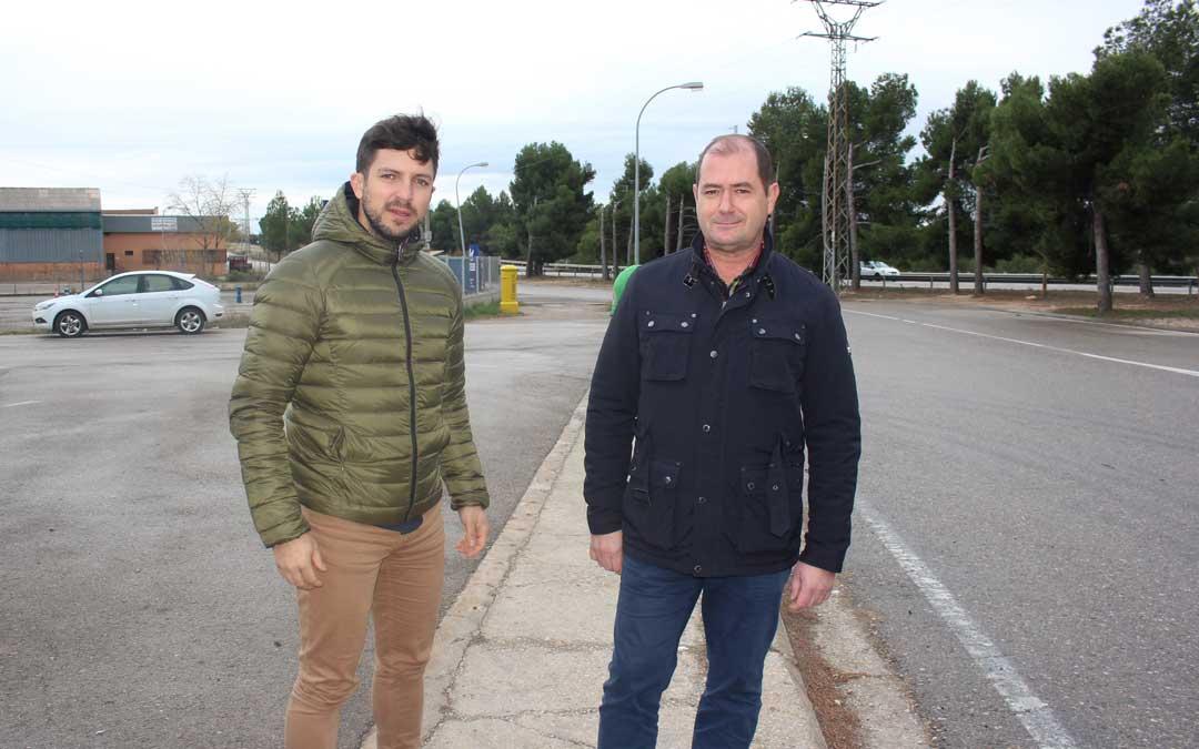 El portavoz del PP Nacho Carbó y el concejal Ángel Espés, este miércoles, en el polígono Las Horcas / L. Castel