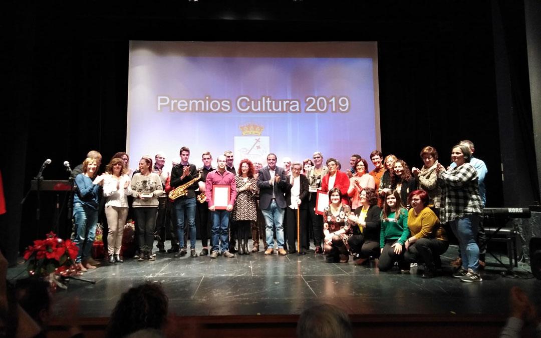 Los galardonados en el escenario en la entrega de los premios./ Ayuntamiento de Andorra