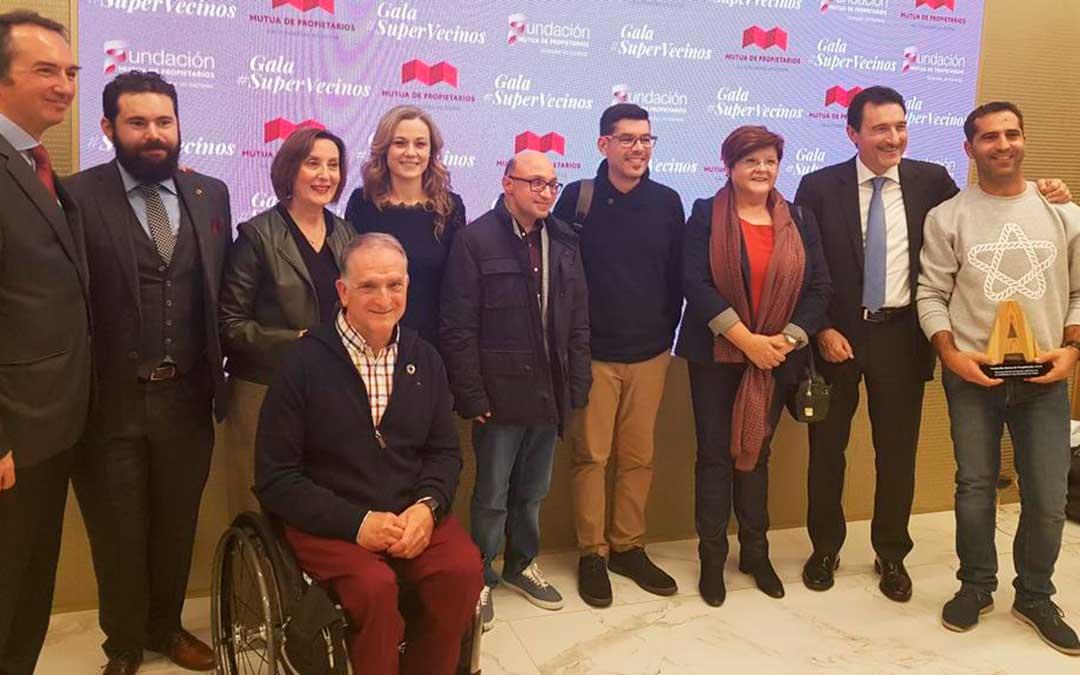 Representantes de Fundación Mutua de Propietarios, de Cocemfe y del Ayuntamiento de Caspe, junto al actor español Jesús Vidal, el miércoles por la tarde en un auditorio de Madrid, después de la gala de premios. l.c.