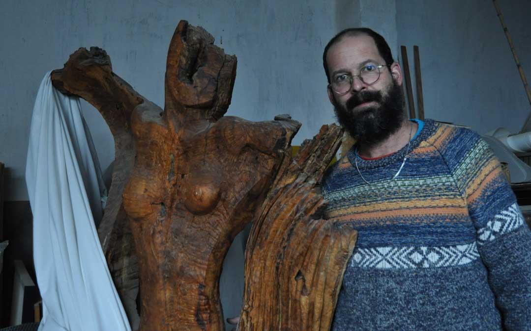 El escultor muestra una de sus últimas creaciones.