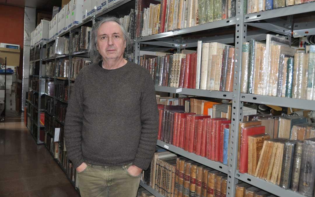 Ricard junto a su gran archivo de libro antiguo
