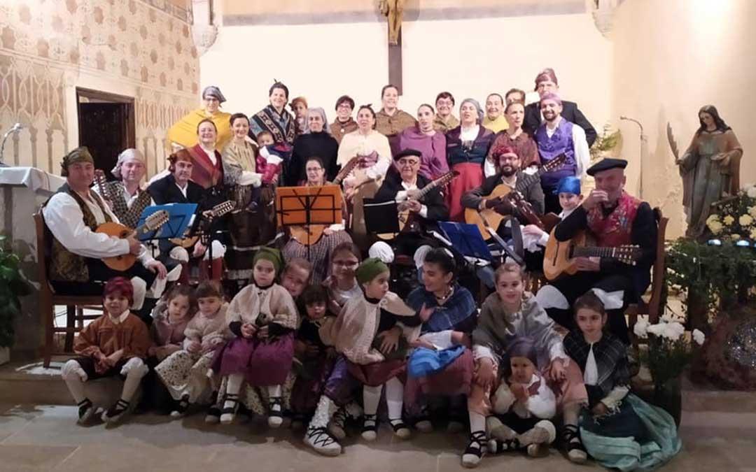 Integrantes de la Rondalla Chipranesca al terminar su festival de navidad de villancicos.