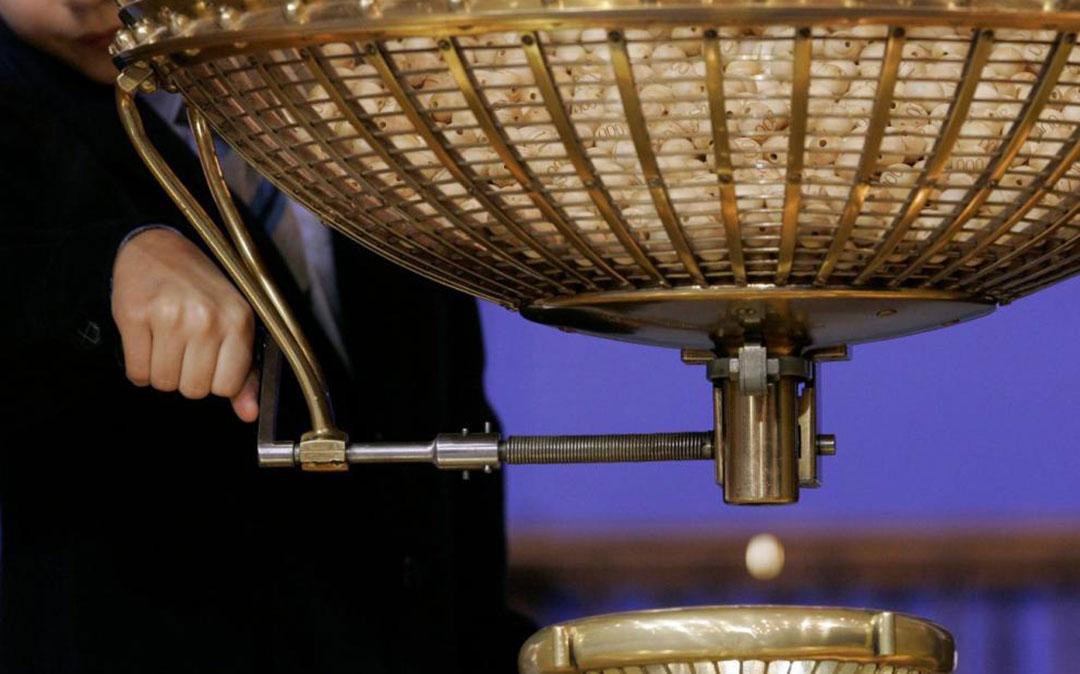 El bombo del sorteo durante la extracción de una de las bolas./ Agencias