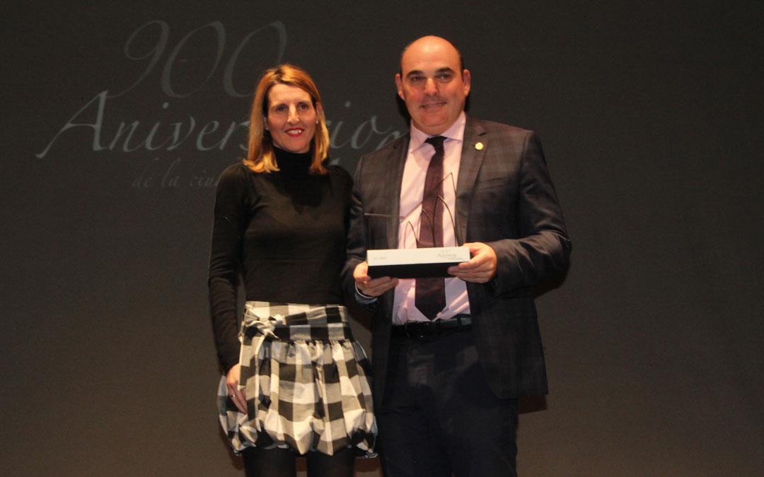 Juan Carlos Gracia Suso ha recibido la escultura de la edil Anabel Fernandez / L. Castel