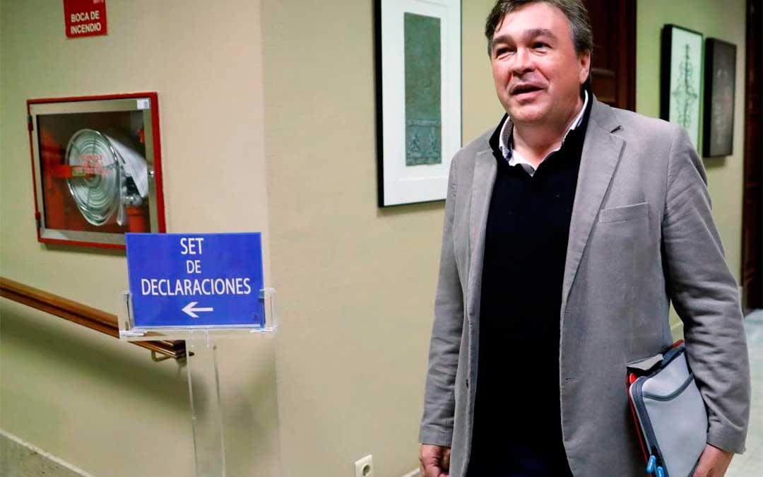Tomás Guitarte, tras recoger su acta de diputado en el Congreso./ Efe