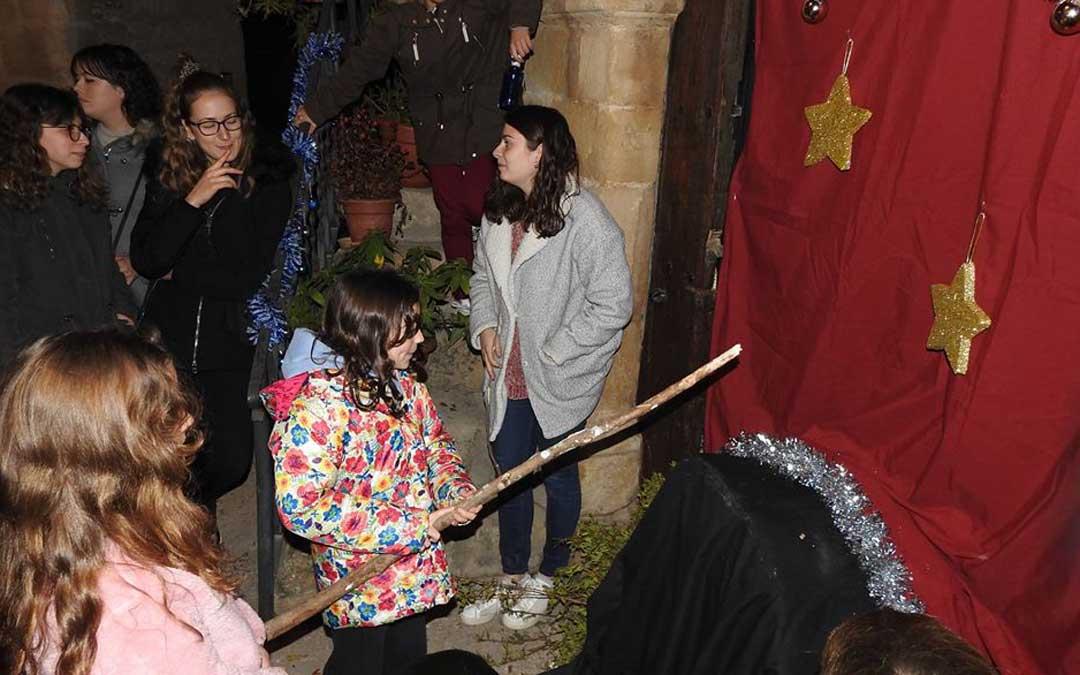 Decenas de familias pasaron con los niños y niñas de Cretas por el tronc de Nadal que se instaló en la plaza