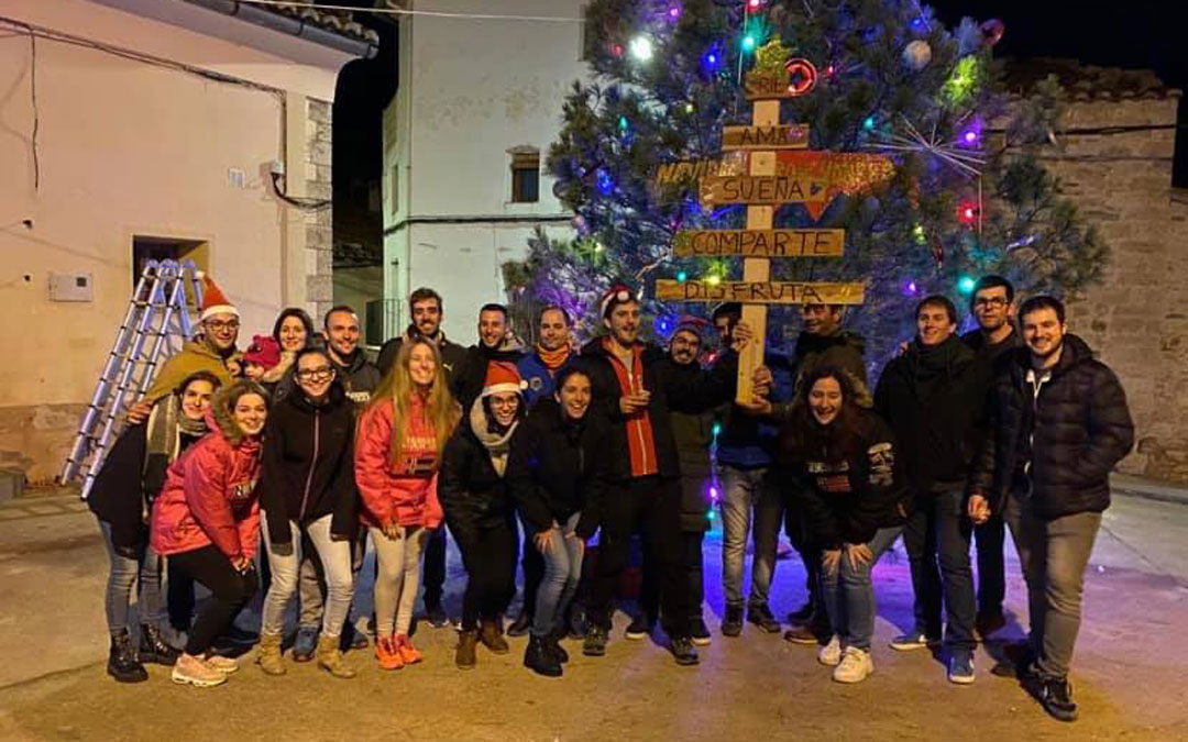 Foto de familia de parte de los participantes en el decorado e iluminación de la Navidad de Tronchón. / Facebook Asociación Cultural de Tronchón