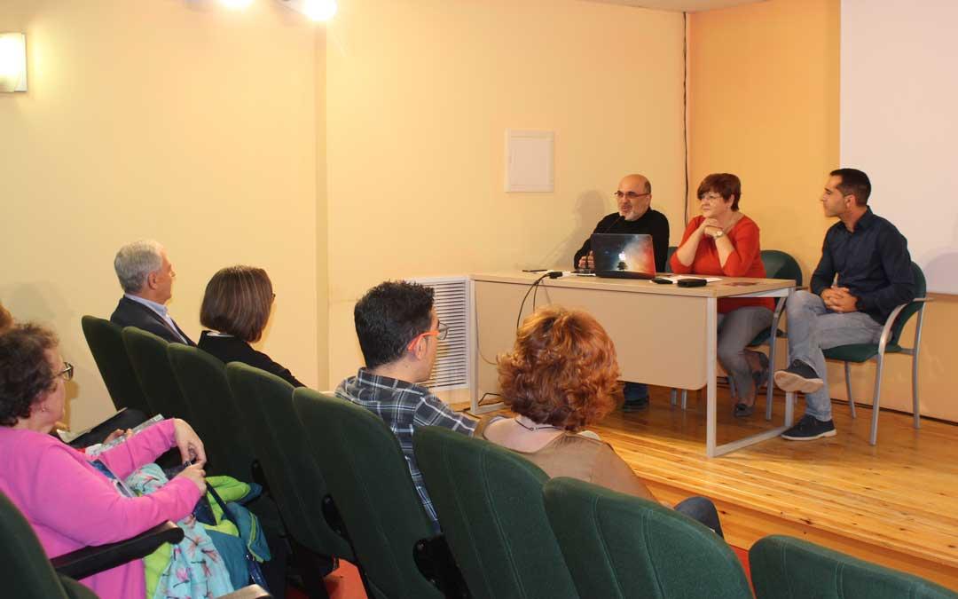 Apertura de la Universidad de la Experiencia en Caspe de la mano de su director, Santiago Gascón; la alcaldesa, Pilar Mustieles; y el concejal de Educación, Gabriel Luena, este martes en la Casa de Cultura / L. Castel