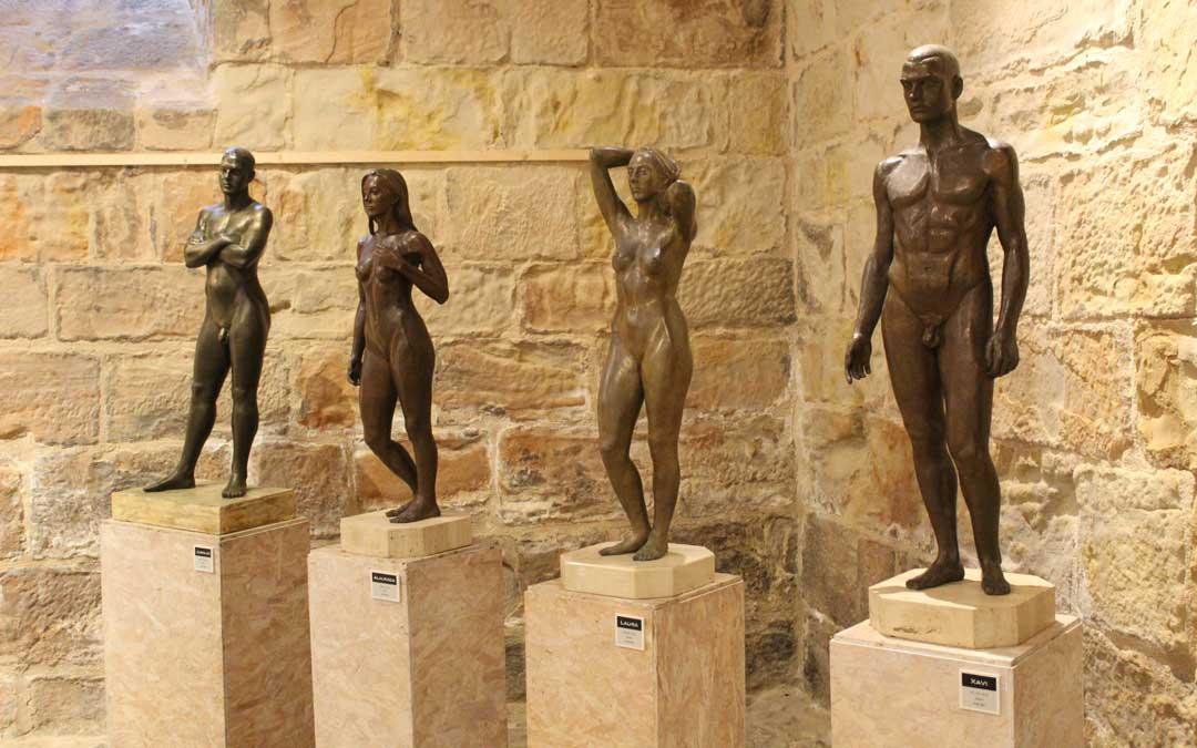 Esculturas en bronce en 'Miradas escultóricas' en el Castillo de Valderrobres. / B. Severino