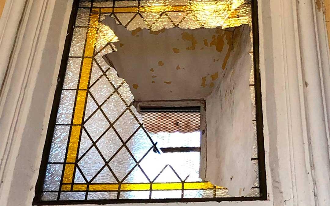 Una cristalera de la ermita de la Virgen del Cantal de Oliete ha sido víctima de un acto vandálico.