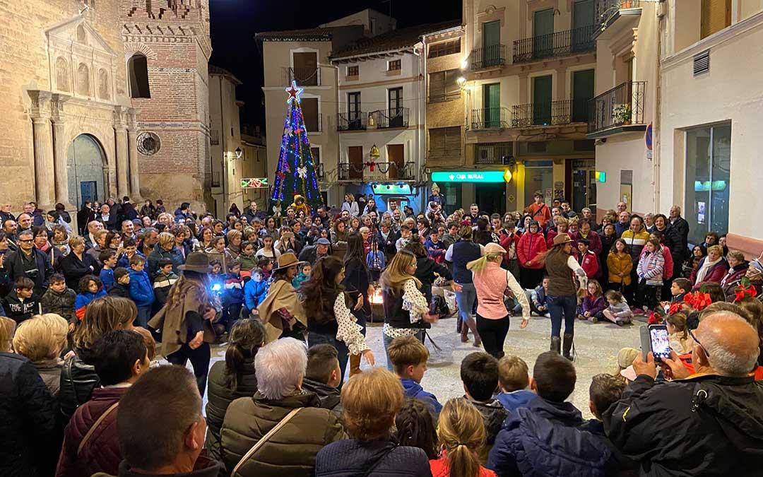 Actuación en la plaza de la Iglesia, a la que han acudido multitud de vecinos./ Alicia Martín