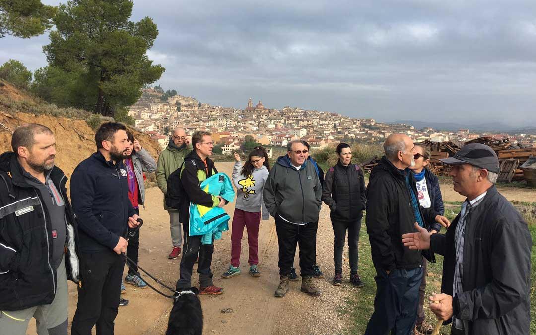 El divulgador medioambiental Fernando Zorrilla fue el encargado de dirigir la visita guiada a los olivos centenarios. Foto: Ricard Solana.