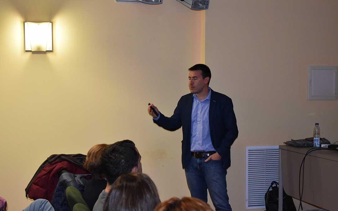 Pedro Ciria durante la última 'lección quitamiedos' en Caspe.