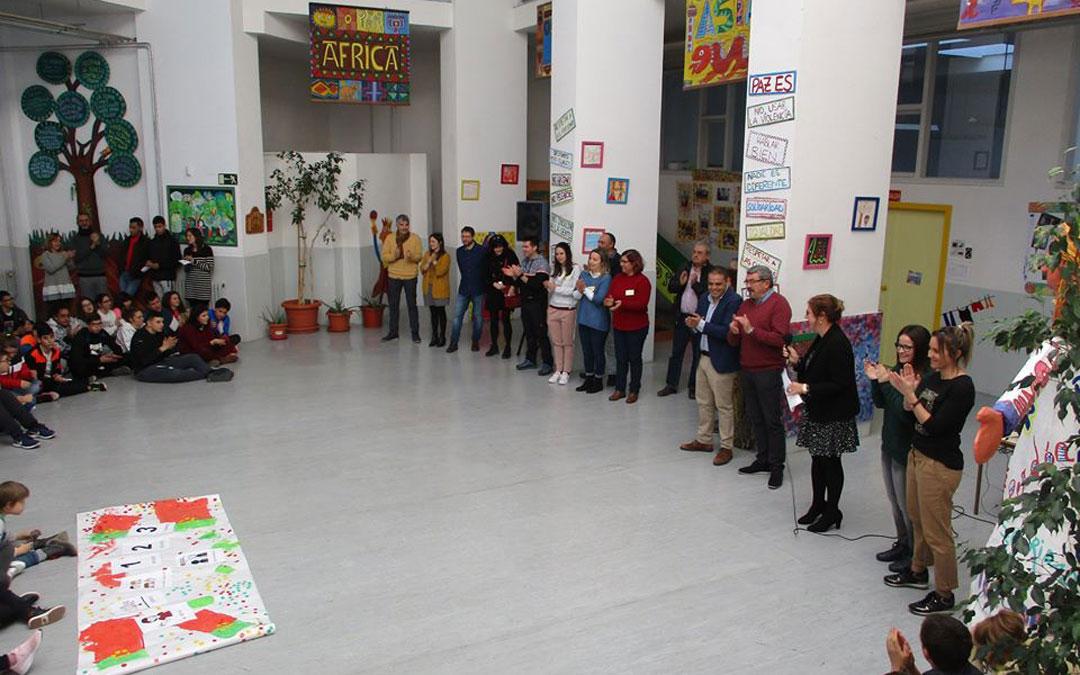 Profesores y alumnos del colegio reciben a la delegación lusa en el acto de bienvenida. /Cpee Gloria Fuertes