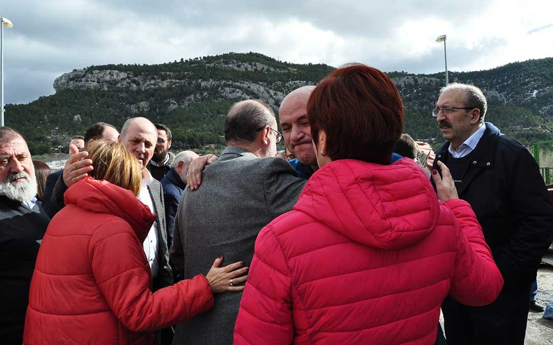 Emotivo abrazo entre varios afectados en Fuentespalda y las autoridades políticas.