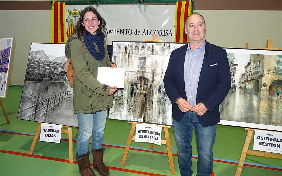 La ganadora del concurso, Aida Mauri, con el alcalde de Alcorisa, Miguel Iranzo./ Ayuntamiento de Alcorisa