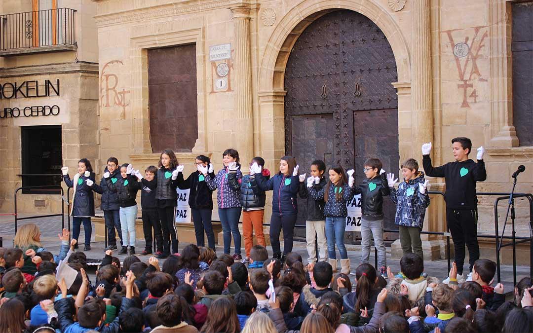 Los escolares interpretan 'Color esperanza' en lenguaje de signos./ M.C.