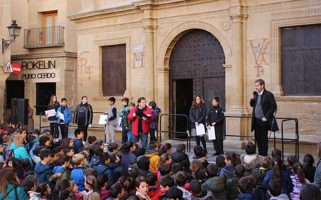 Ignacio Urquizu dedica unas palabras a profesores y alumnos./ M.C.