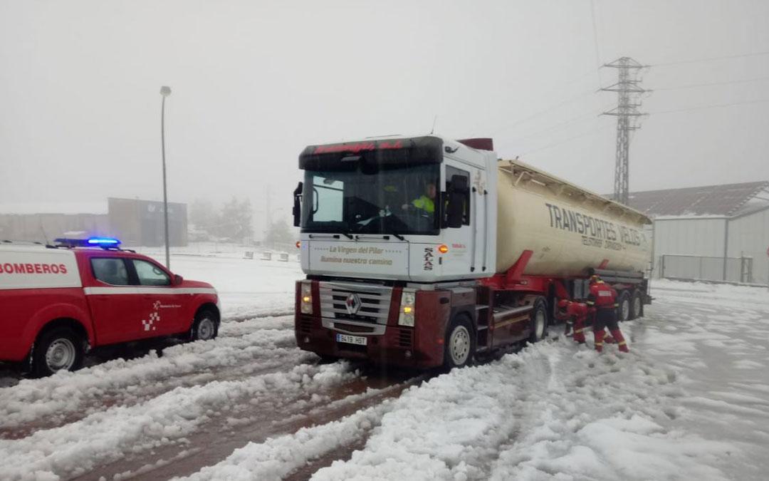 Camión atrapado en Las Horcas al que han ayudado los Bomberos de Alcañiz / DPT