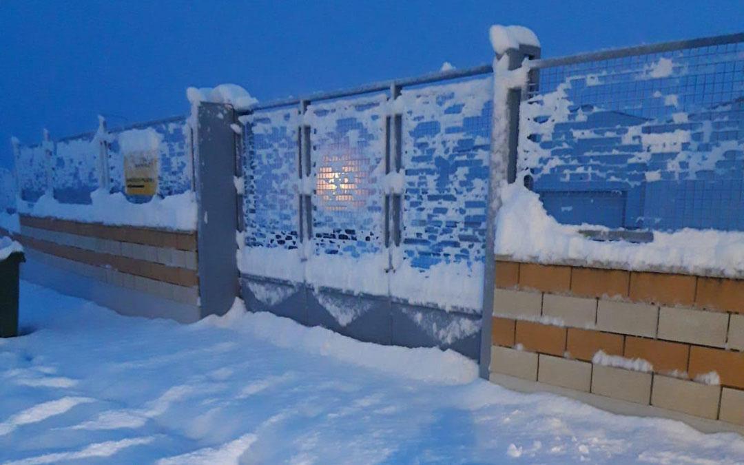 Puerta obstruída por la nieve en una empresa del polígono Las Horcas de Alcañiz