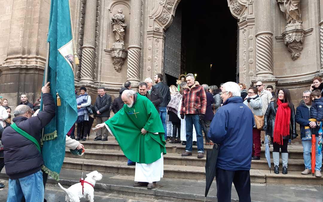 El párroco, en la bendición en Alcañiz. / B. Severino