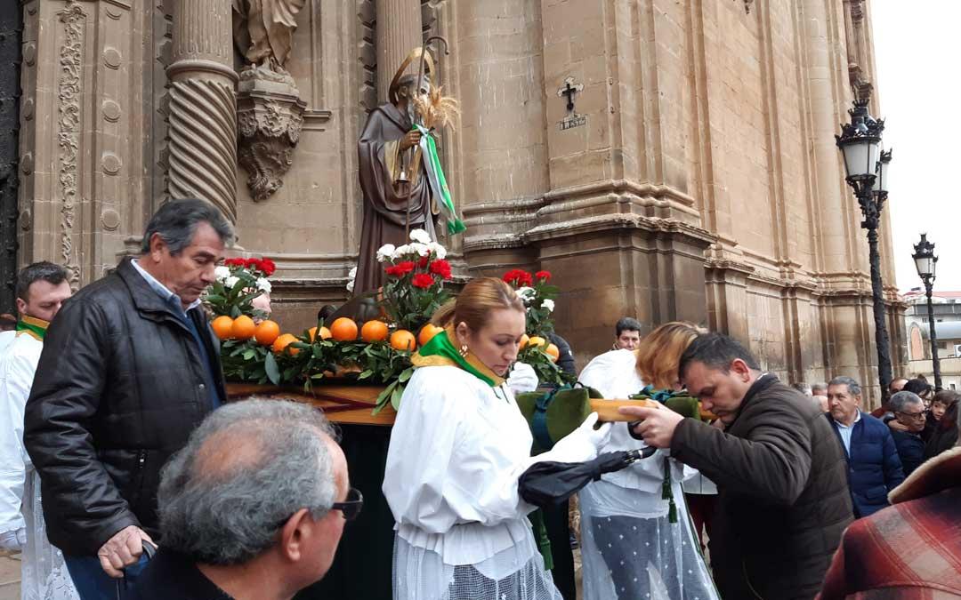 Inicio de la procesión de San Antón en Alcañiz. / B. Severino