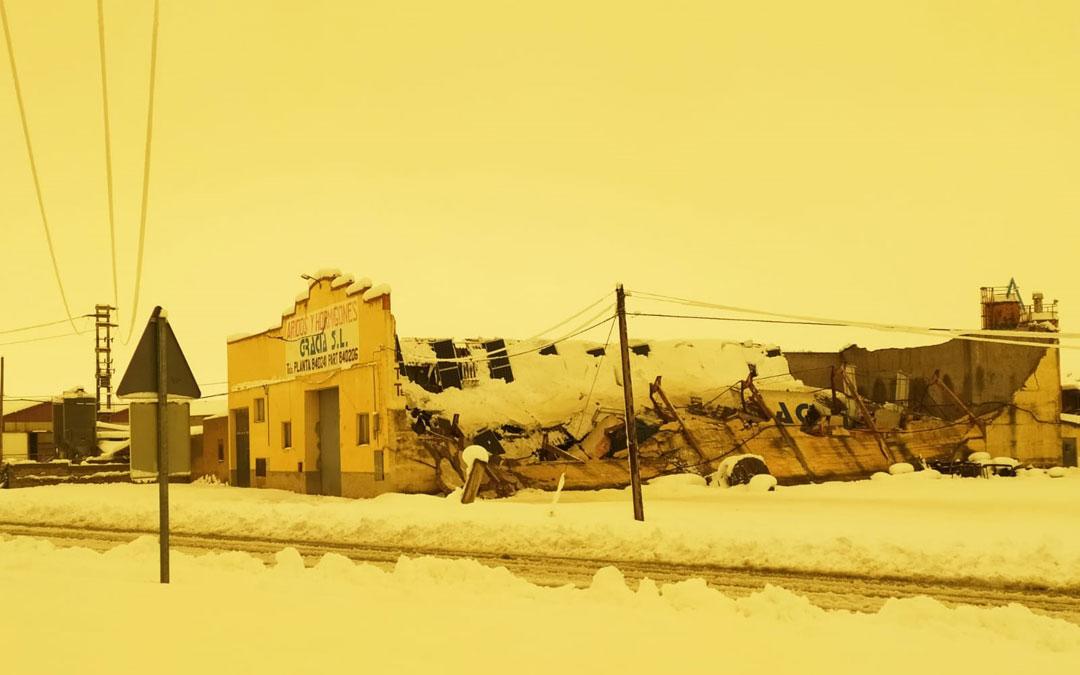 Empresa hundida en Alcorisa debido a la acumulación de nieve.