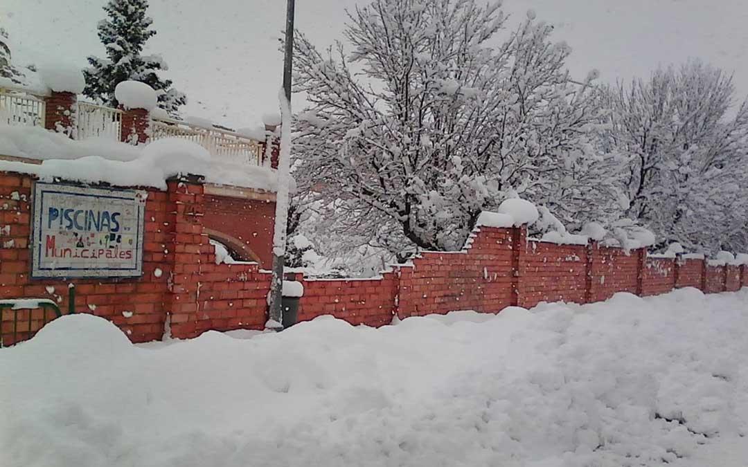 Parte del muro derrumbado en las piscinas de Alcorisa a causa del temporal de nieve.