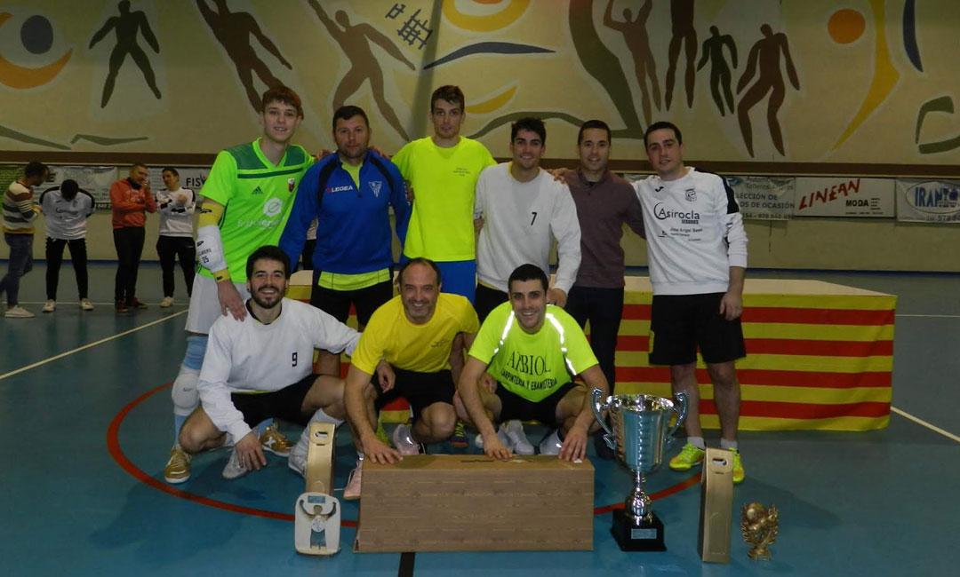 'La Barriada' con los trofeos conquistados tras su triunfo en las 24 horas de fútbol sala de Alcorisa