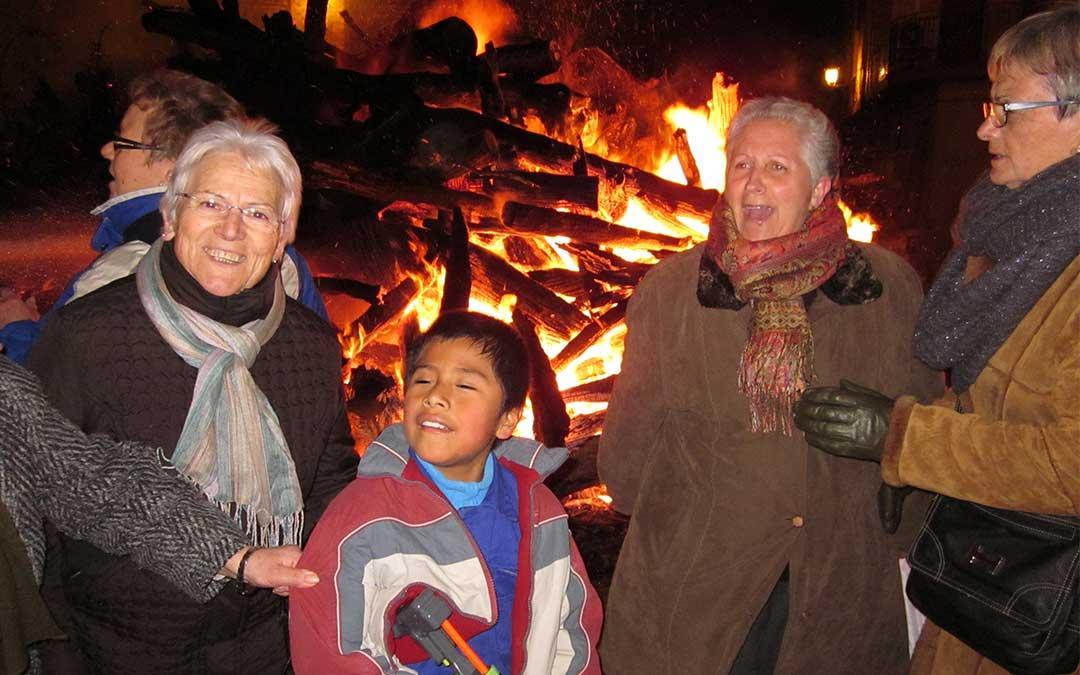 Los vecinos de Alloza se refugian al calor de la hoguera por San Blas./ L.C.