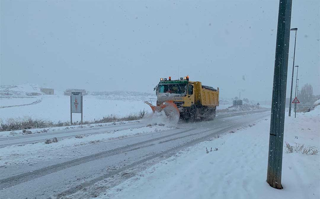 La nieve corta carreteras y suspende rutas escolares y médicas en el territorio
